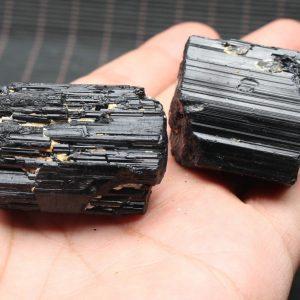 """טורמלין שחור גלם משקל: 45 גרם גודל : 35*40 מ""""מ"""