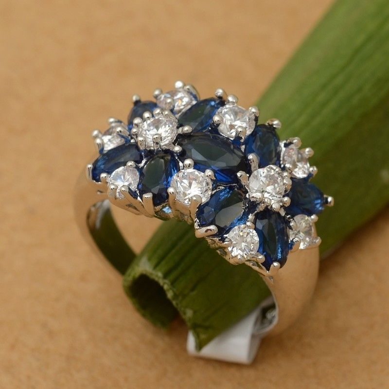 טבעת כסף בשיבוץ אבני ספיר כחול וזירקונים מידה: 6 הטבעת: 5.4 גרם
