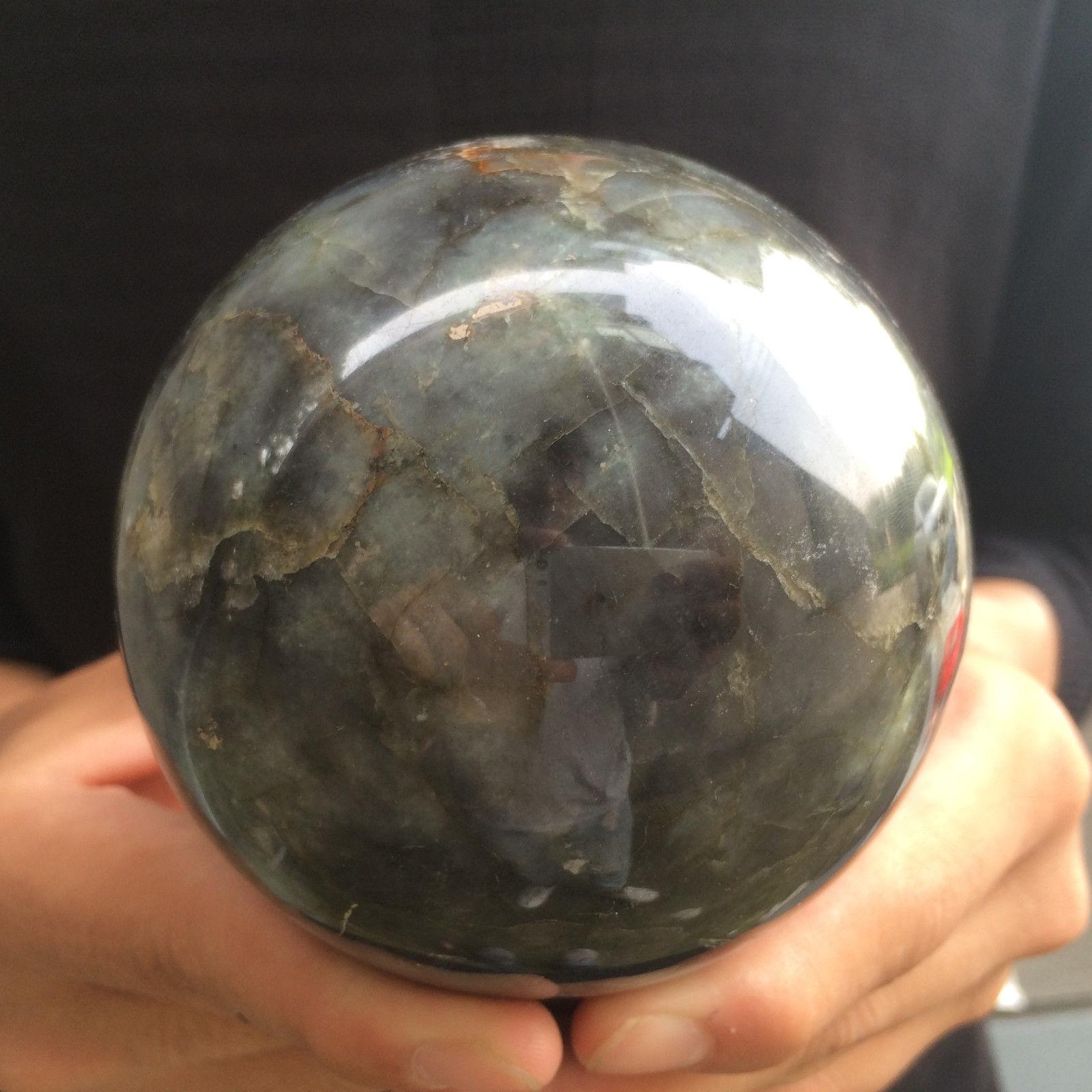 """כדור לברדורייט גדול על מעמד עץ משקל: 1080 גרם קוטר: 89 מ""""מ"""