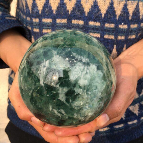 """כדור פלואורייט ירוק גדול לאספנים משקל: 3400 גרם קוטר: 114 מ""""מ"""