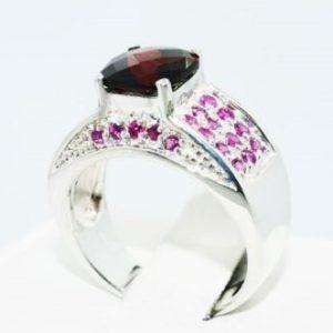 טבעת יוקרה כסף בשיבוץ אבן גרנט ואבני רובי 2.34 קרט מידה: 8 \ 10.25