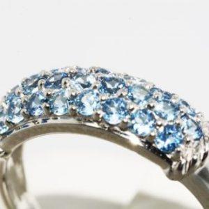 טבעת זהב לבן בשיבוץ אבני טופז כחול 85. קרט מידה: 7