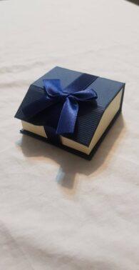 קופסת תכשיטים לשרשרת או עגילים צבע כחול וסרט