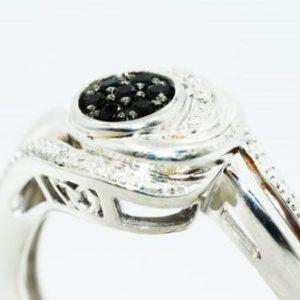 טבעת כסף בשיבוץ יהלומים שחורים וטופז לבן 14. קרט מידה 7