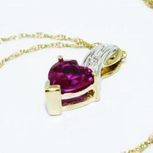תליון ושרשרת זהב לבן וצהוב בשיבוץ רובי ויהלומים לבנים עיצוב לב 1.03 קרט