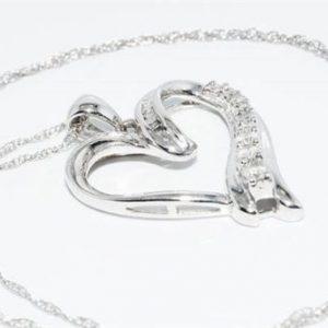 תליון ושרשרת זהב לבן בשיבוץ 19 יהלומים לבנים 26. קרט