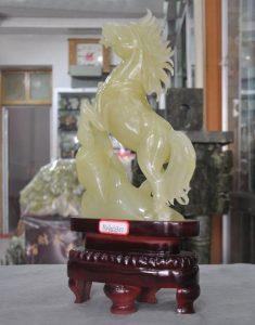 """פסל סוס ג'ייד מהמם 100% טבעי מעמד עץ מסוגנן משקל: 4.8 ק""""ג"""