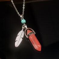 תליון ושרשרת מאבן קוורץ אדום ועיטור נוצה וטורקיז