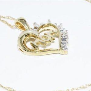 תליון ושרשרת זהב צהוב בשיבוץ 4 יהלומים לבנים 07. קרט ניקיון יהלומים: I1 עיצוב לב והמילה mom