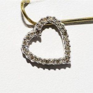 תליון זהב לבן בשיבוץ 26 יהלומים לבנים 20. קרט ניקיון יהלומים: I1 עיצוב לב