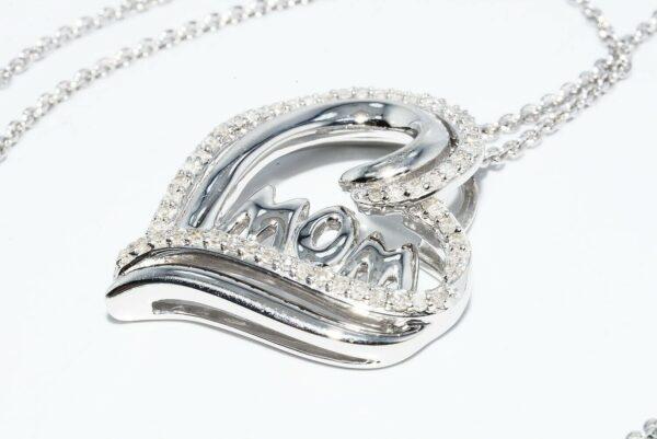 תליון ושרשרת כסף 925 עיצוב לב והמילה MOM בשיבוץ 58 יהלומים 32. קרט