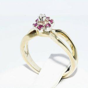 טבעת זהב צהוב 14 קרט בשיבוץ 6 רובי 10. קרט בשיבוץ יהלום לבן 01. קרט מידה: 3.25