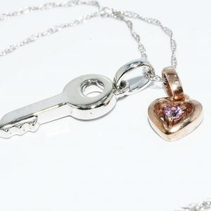 תליון ושרשרת זהב לבן וצהוב 10 קרט בשיבוץ טופז ורוד עיצוב לב ומפתח