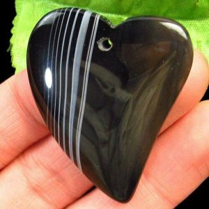 תליון אגט אוניקס שחור אפרפר עיצוב לב