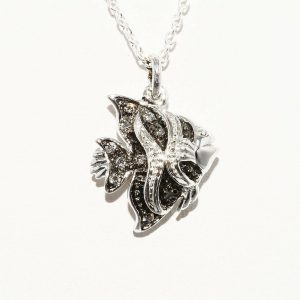 תליון ושרשרת כסף 925 עיצוב דג בשיבוץ 9 יהלומים אפורים 10. קרט