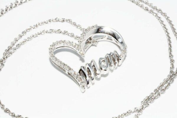 תליון ושרשרת כסף בשיבוץ 40 יהלומים 13. קרט ניקיון יהלומים: SI3 צבע: H עיצוב לב ו- mom