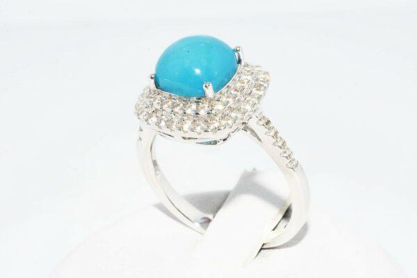 טבעת כסף בשיבוץ טופז כחול 4.5 קרט בשיבוץ 62 אבני טופז לבן 75. קרט מידה: 7.25