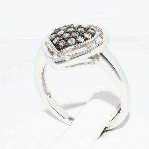 טבעת כסף עיצוב לב בשיבוץ 18 יהלומים אפורים 39. קרט ניקיון יהלומים: I1 מידה: 7