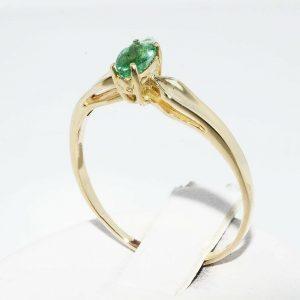 טבעת זהב צהוב 14 קרט בשיבוץ אמרלד 21. קרט מידה: 8