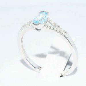 טבעת זהב לבן 10 קרט בשיבוץ טופז כחול 31. קרט + 28 יהלומים לבנים 18. קרט מידה: 7.25