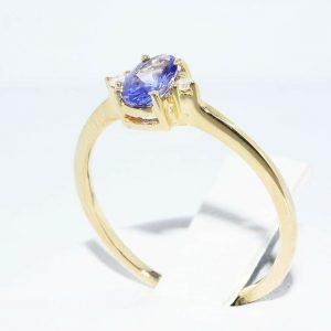 טבעת זהב צהוב 14 קרט בשיבוץ טנזנייט 29. קרט + 2 יהלומים לבנים 02. קרט ניקיון יהלומים: I1מידה: 6.75