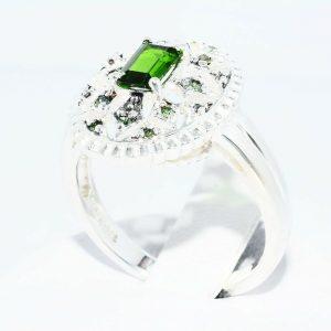 טבעת כסף 925 בשיבוץ דיופסיד 45. קרט + 12 יהלומים ירוקים 10. קרט ניקיון יהלומים: I1 מידה: 8.25
