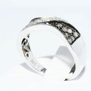 טבעת כסף 925 בשיבוץ 14 יהלומים אפורים 21. קרט + 6 יהלומים לבנים 05. קרט ניקיון יהלומים: SI2 מידה: 7