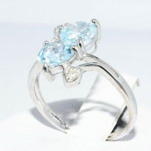 טבעת זהב לבן 10 קרט בשיבוץ 2 טופז כחול 1.76 קרט + 2 יהלומים לבנים 06. קרט עיצוב לבבות מידה: 6