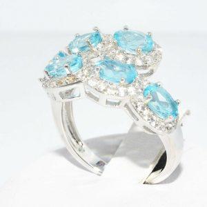 טבעת כסף 925 בשיבוץ 6 טופז כחול 1.75 קרט בשיבוץ 72 טופז לבן 1.50 קרט מידה: 8.25