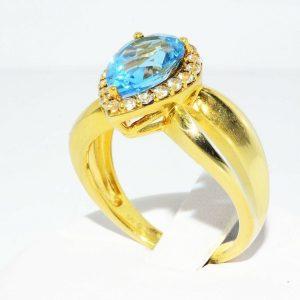 טבעת כסף 925 בציפוי זהב בשיבוץ טופז כחול 4.50 קרט + 20 טופז לבן 50. קרט מידה: 7.25