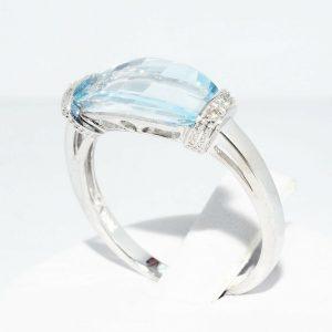 טבעת זהב לבן 10 קרט בשיבוץ טופז כחול 4.10 קרט + 4 יהלומים לבנים 03. קרט מידה: 7.25