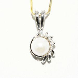 """תליון זהב לבן 10 קרט בשיבוץ פנינה לבנה 5.8 מ""""מ + 3 יהלומים 03. קרט ניקיון יהלומים: I1"""
