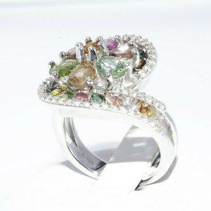 טבעת יוקרה כסף 925 בשיבוץ 24 טורמלין צבעוני 2.25 קרט + 40 טופז לבן 40. קרט מידה: 7.25