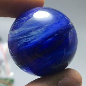 """כדור קוורץ כחול - קלקנטייט ומעמד עץ מסוגנן משקל: 34 גרם קוטר: 31 מ""""מ"""
