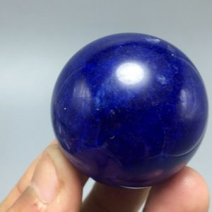 כדור קוורץ כחול - קלקנטייט ומעמד עץ מסוגנן משקל: 57 גרם