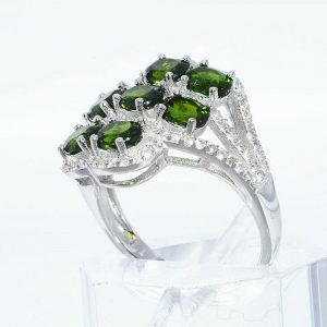טבעת יוקרה כסף 925 בשיבוץ 7 דיופסיד 2.45 קרט + 86 טופז לבן 75. קרט מידה: 8.25