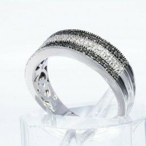 טבעת כסף 925 בשיבוץ 2 יהלומים שחורים 02. קרט + 4 יהלומים לבנים 02. קרט ניקיון: I1 מידה: 7 \ 7.25