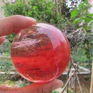 """כדור קוורץ קריסטל אדום ומעמד עץ מסוגנן משקל: 635 גרם קוטר: 82 מ""""מ"""