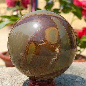 """כדור ג'ספר צבעי אדמה ומעמד עץ מסוגנן משקל: 346 גרם קוטר: 62 מ""""מ"""