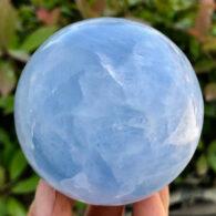 """כדור קלציט כחול ומעמד עץ מסוגנן משקל: 416 גרם קוטר: 65 מ""""מ"""