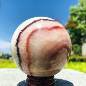 """כדור רודוקורסייט ומעמד עץ מסוגנן משקל: 330 גרם קוטר: 61 מ""""מ"""