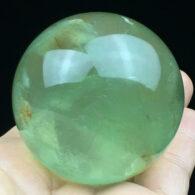 """כדור פלואורייט ירוק ומעמד עץ מסוגנן משקל: 244 גרם קוטר: 50 מ""""מ"""
